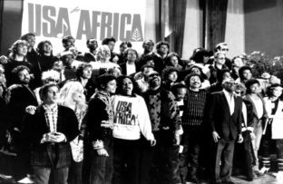 "En Estados Unidos el grupo de artistas USA for Africa graban ""We Are The World"""