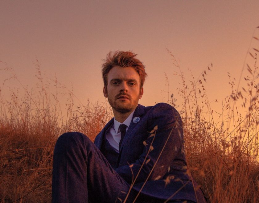 Finneas estrena video de su sencillo 'Let's Fall in Love for the Night'